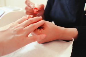 Hand to the nail in the nail shop