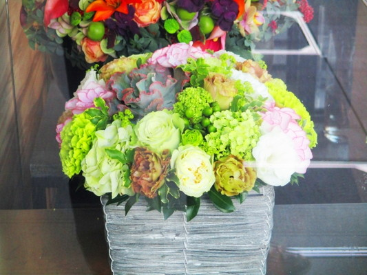 Flower arrangements, arrangements were added to the color refers to the pink and green as the keynote