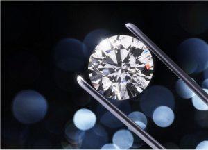 ダイヤモンドを鑑定している様子