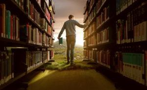Mann in Bucherei mit lebhafter Fantasie